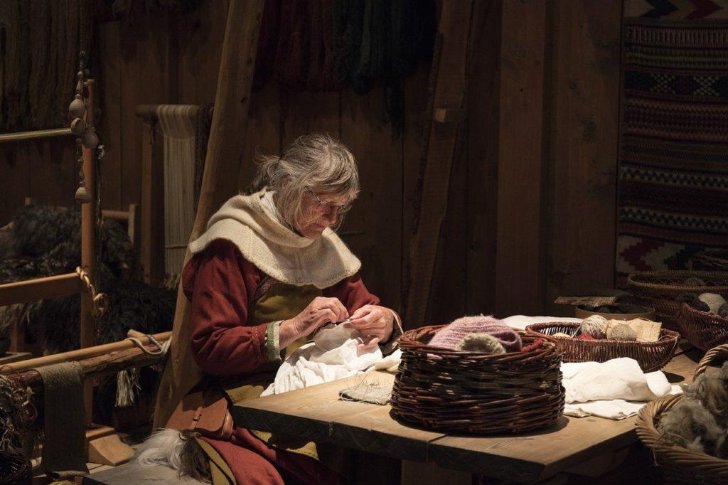 Vikingakvinna som syr